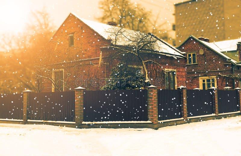 Härligt landskap med landshuset i vinter för silhouettesnow för falls utbildar järnväg spår oklart Förorts- hem royaltyfria bilder