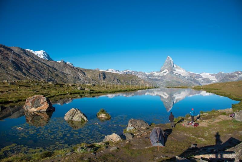 Härligt landskap med Matterhornen i de schweiziska fjällängarna och sjön Stellisee, nära Zermatt, Schweiz, Europa arkivbild