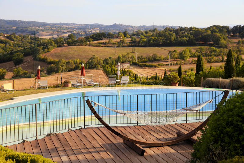 Härligt landskap med pölen på kullarna, Tuscany, Italien royaltyfria foton