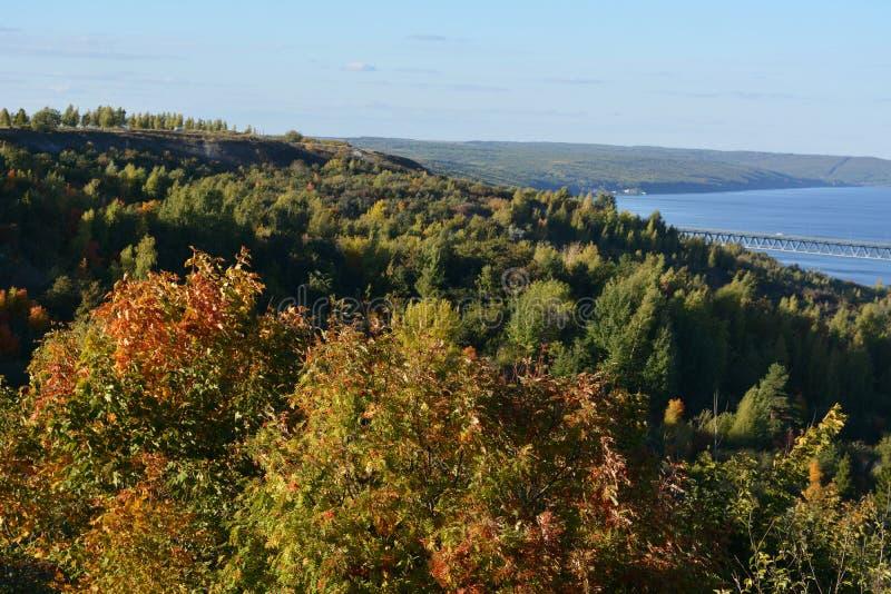 Härligt landskap med skogen på banken av Volga River Pittoresk plats i nedgång arkivfoton