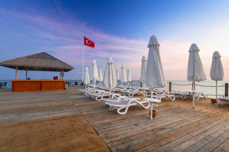 Härligt landskap med träpir på turk Riviera på solnedgången arkivbilder
