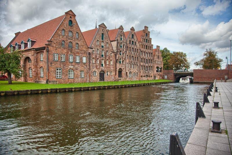 Härligt landskap och vattenvägar i Lubeck, Tyskland royaltyfri fotografi