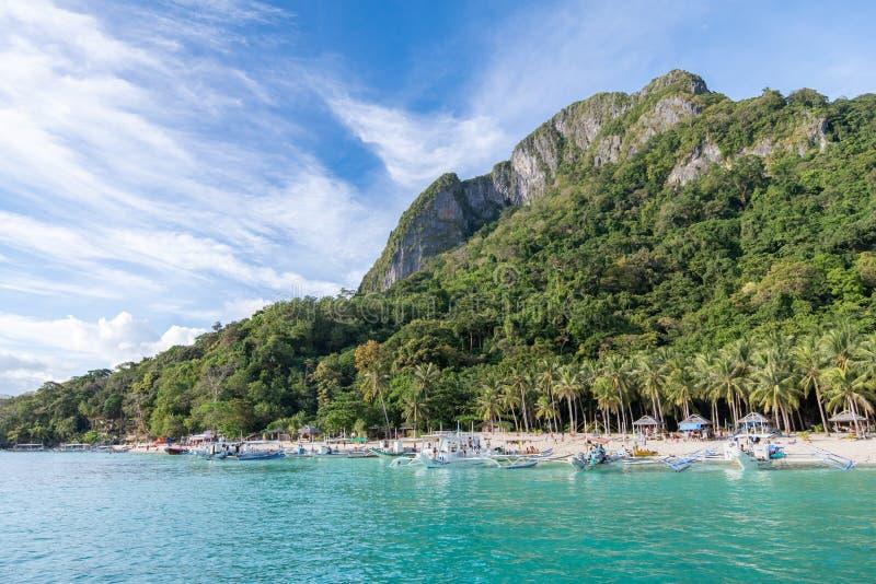 Härligt landskap på ön för 7 kommandon i El-nidoen, Palawan royaltyfria foton