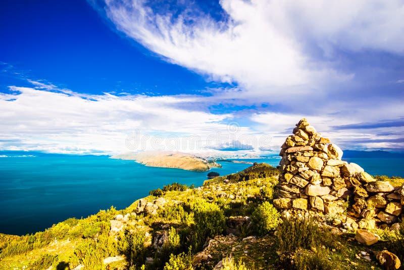 Härligt landskap på Isla del Sol vid sjön Titicaca - Bolivia royaltyfri fotografi