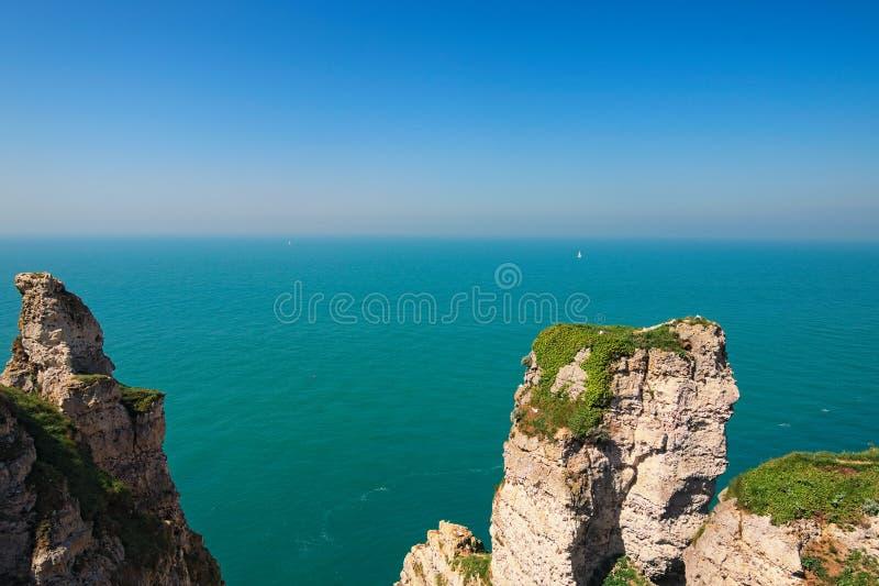 Härligt landskap på klippan av Etretat, klippan och stranden Kust av det lönde Caux området i solig vårdag royaltyfri bild