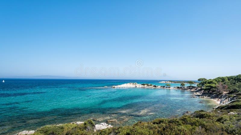 Härligt landskap som förbiser havet Grekland Sithonia medelhavs- hav för kekova till trevelyachten arkivfoton