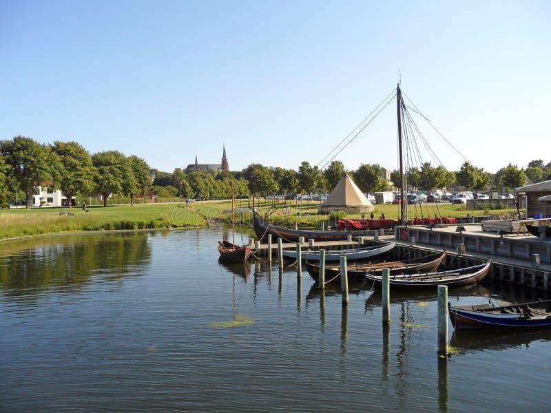 Härligt landskap som ses från Roskilde Viking Ship Museum, Danmark arkivbild