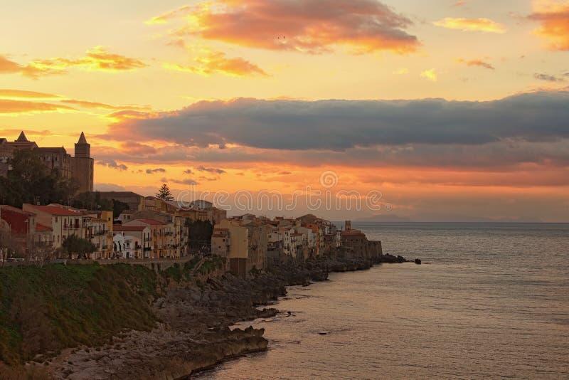 Härligt landskapfoto av kuststaden Cefalu Panorama- dramatisk solnedgånghimmel arkivbild