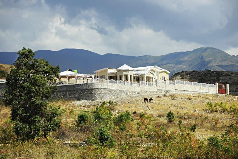 Härligt lantligt haitierhem royaltyfria bilder