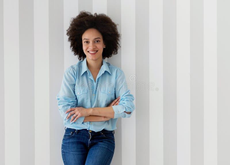Härligt le för afrikansk amerikankvinna royaltyfri foto