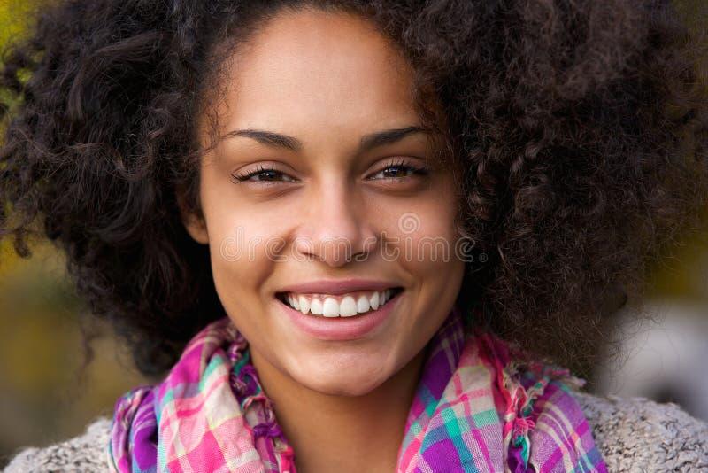 Härligt le för afrikansk amerikankvinnaframsida royaltyfria foton