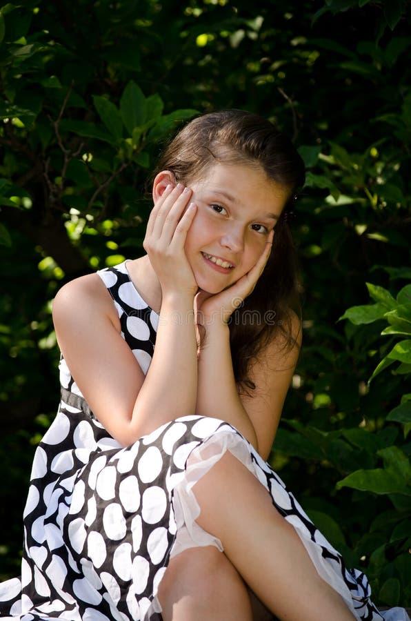 härligt le för flicka arkivfoton