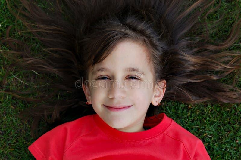 härligt le för flickagräs royaltyfri foto