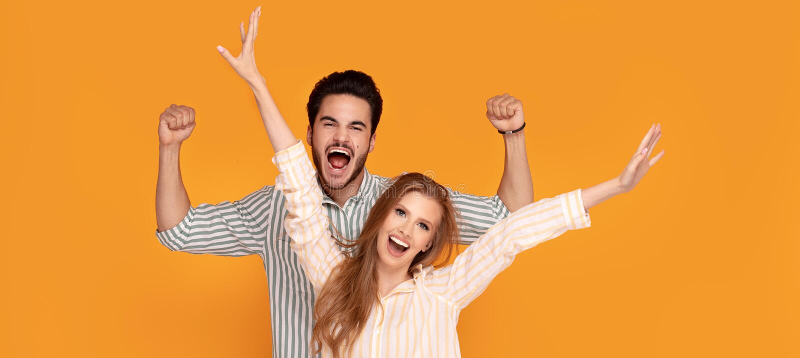 Härligt le för par som tillsammans poserar arkivfoton