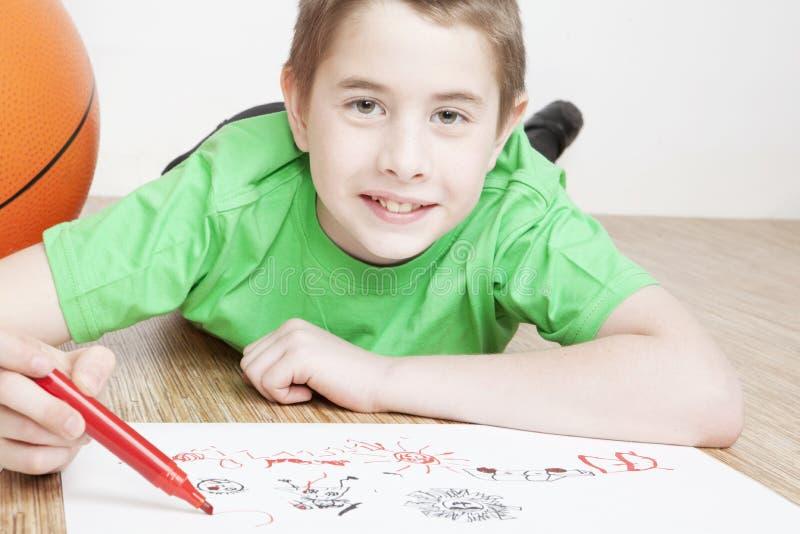 härligt le för pojketeckningsstående arkivbild