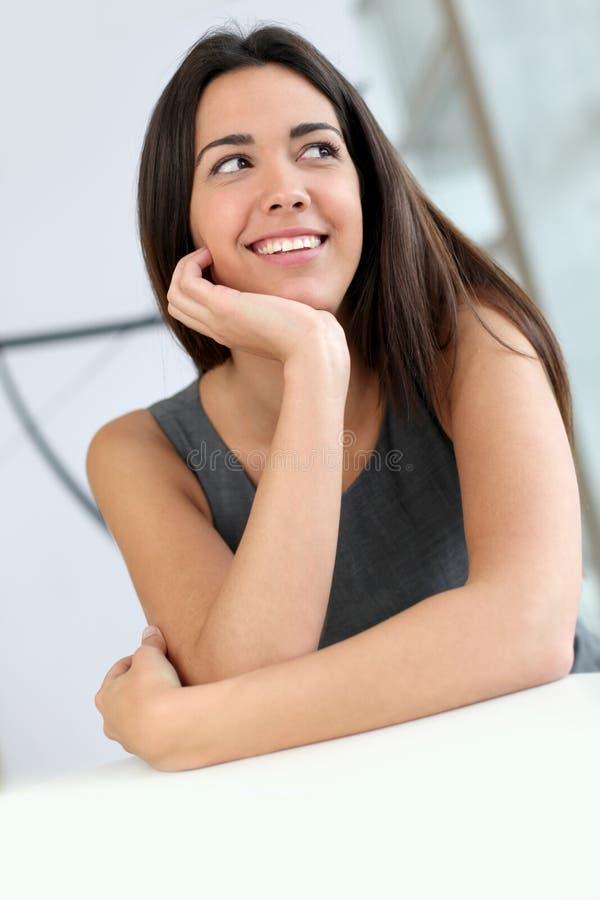 Härligt le för studentkvinna royaltyfria bilder