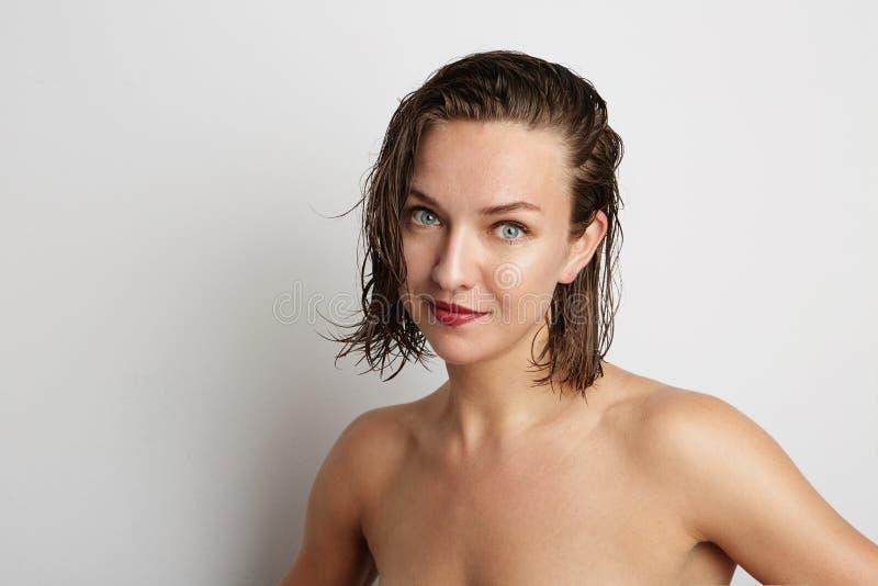 härligt le kvinnabarn Över vitbakgrund arkivfoto