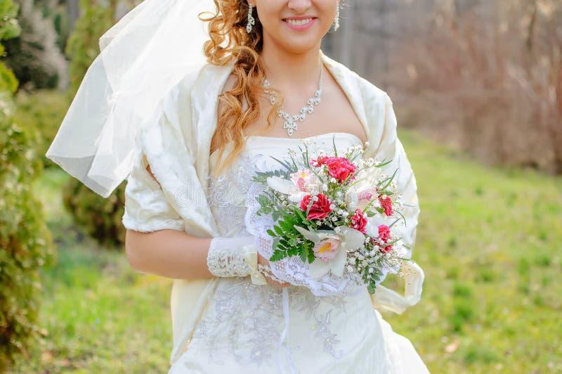 Härligt leende av bruden arkivbilder