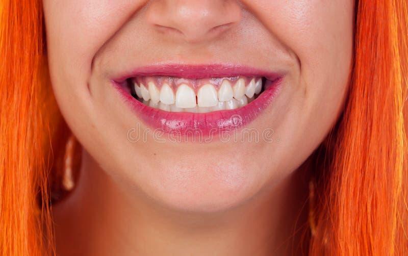 Härligt leende av en rödhårig mankvinna royaltyfri fotografi