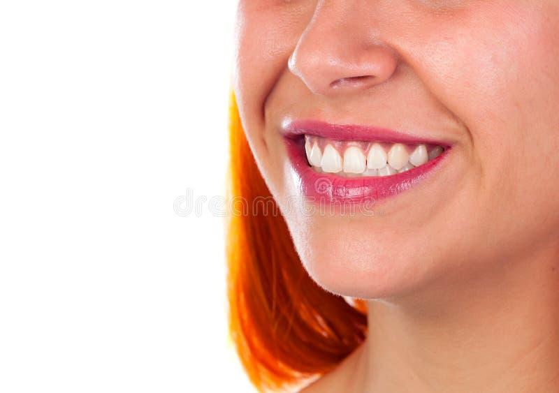 Härligt leende av en rödhårig mankvinna arkivfoto