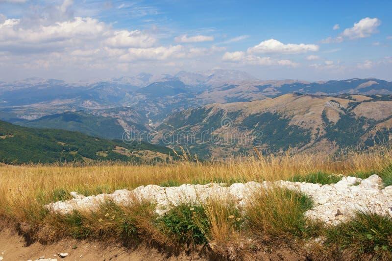 härligt liggandeberg barlast Montenegro Krnovo royaltyfria foton