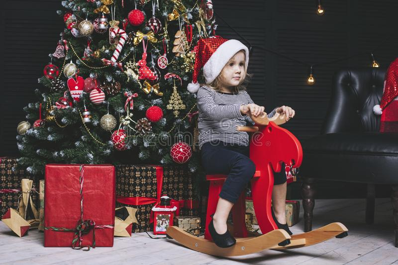 Härligt liten flickabarn i lycklig jul hemma arkivfoto