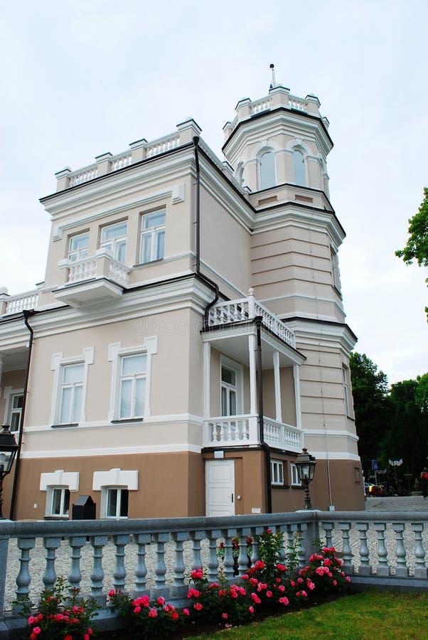 Härligt ljust hus i Druskinikai stadsmitt fotografering för bildbyråer
