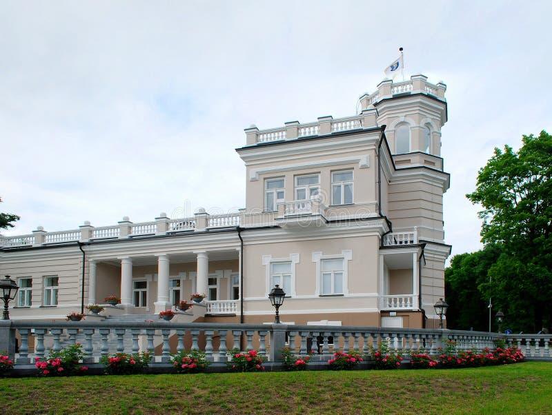 Härligt ljust hus i Druskinikai stadsmitt royaltyfri foto