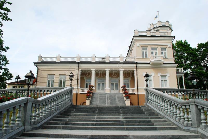 Härligt ljust hus i Druskinikai stadsmitt arkivbild