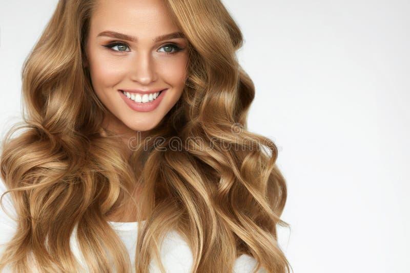 härligt lockigt hår Flicka med den krabba långa hårståenden volym