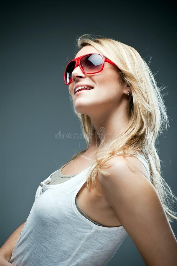 Härligt lyckligt dagdrömma för kvinnasammanträde arkivfoton