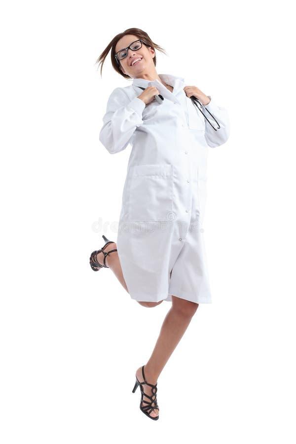 Härligt lyckligt kvinnligt hoppa för doktor som är lyckligt royaltyfria bilder