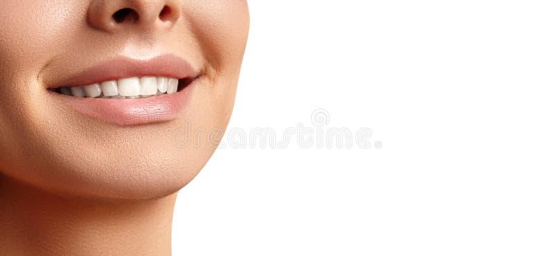 Härligt lyckligt leende av den unga kvinnan Perfekta sunda vita tänder Tand- blekmedel, Ortodont, Tretment och Wellness royaltyfri foto