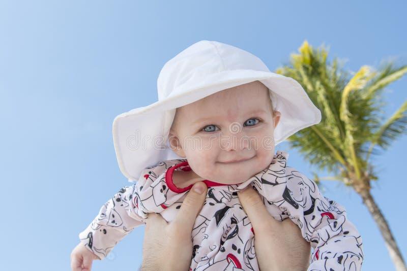 Härligt lyckligt uttrycksfullt blont flickalitet barn på stranden royaltyfri foto
