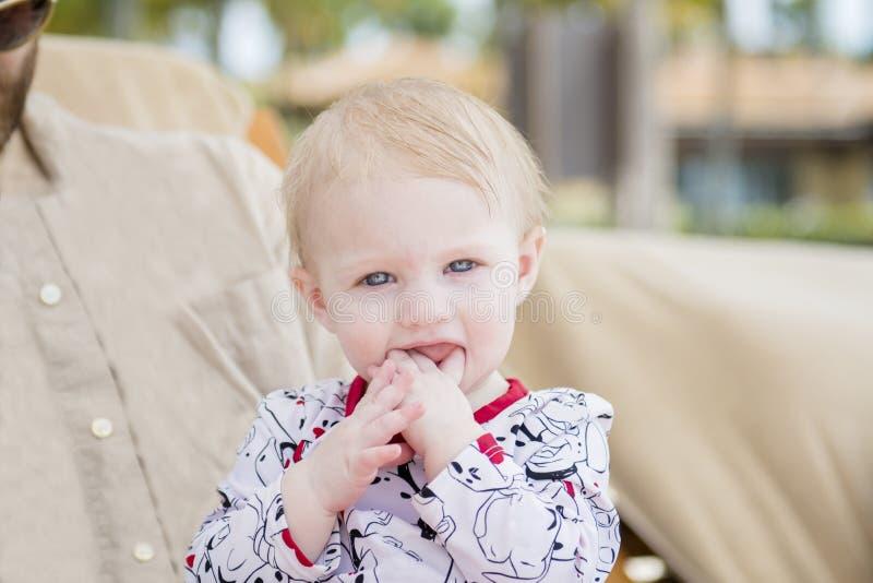 Härligt lyckligt uttrycksfullt blont flickalitet barn på stranden fotografering för bildbyråer