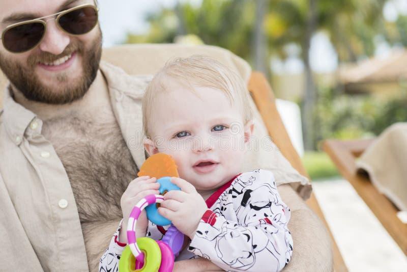 Härligt lyckligt uttrycksfullt blont flickalitet barn på stranden royaltyfria foton