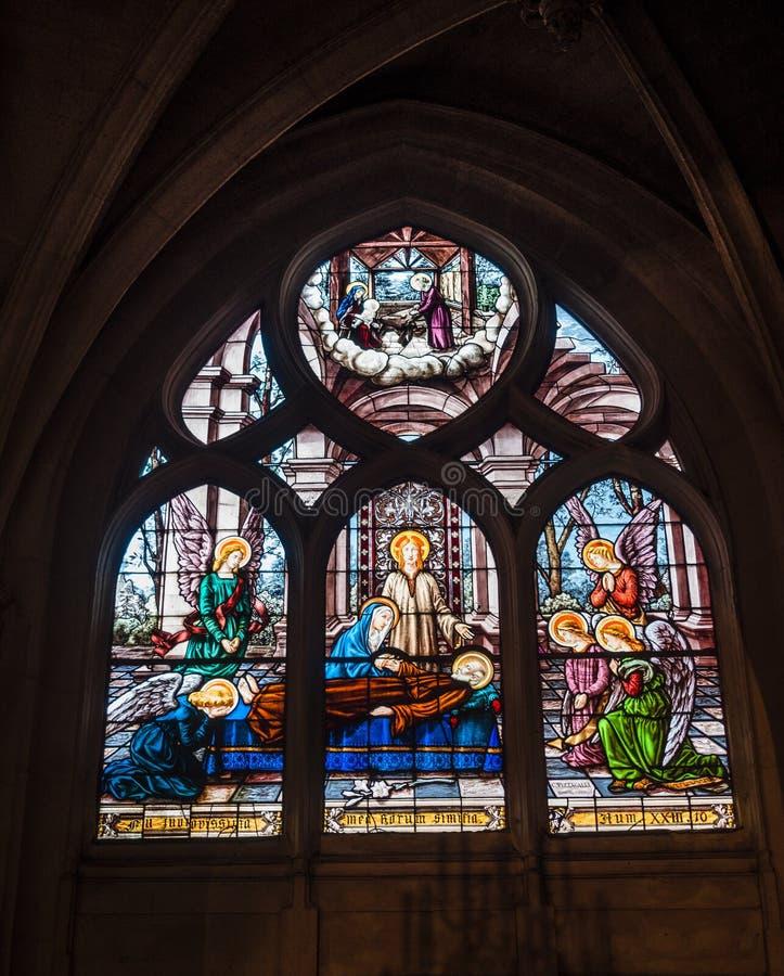 Härligt målat glassfönster inom Notre Dame de Paris arkivfoton