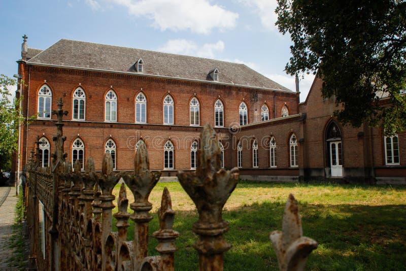 Härligt medeltida universitet för huspf-konst med fance i den flamländska delen av Belgien royaltyfria foton