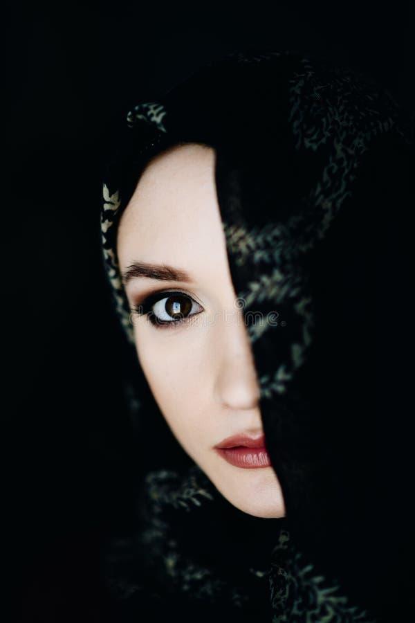 Härligt mellersta - östlig etnicitetkvinna som bär en hijab royaltyfri fotografi