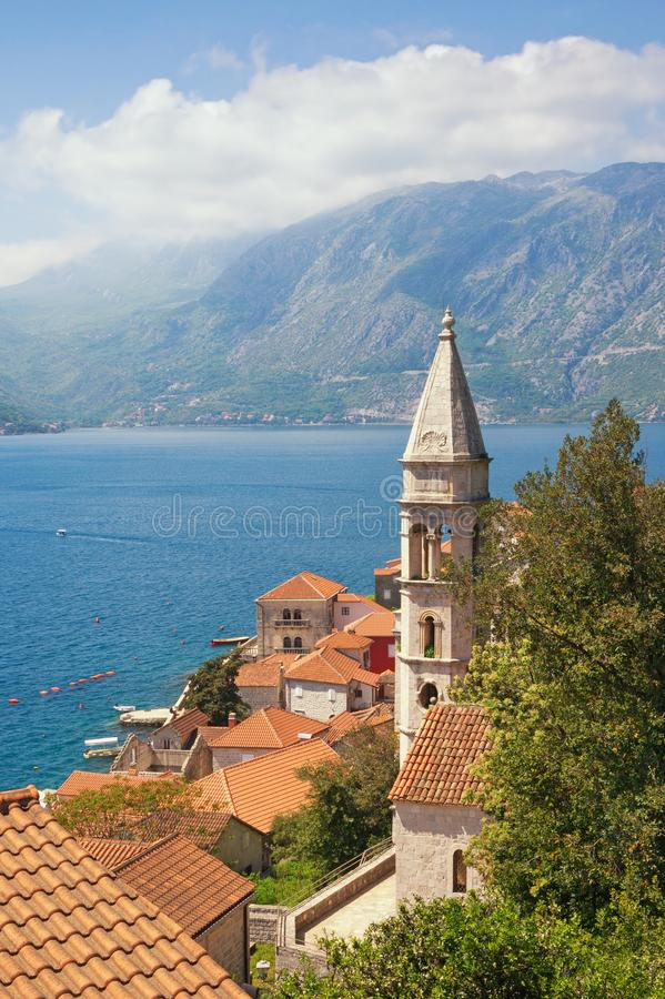 Härligt Metiterranean landskap Montenegro fjärd av Kotor Sikt av den forntida staden av det Perast loppet och turismbegreppet royaltyfri fotografi