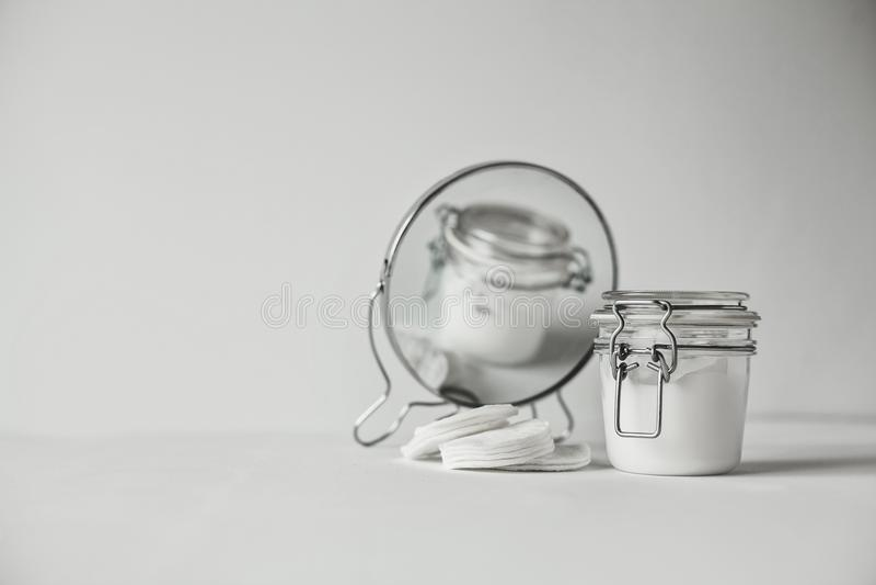 Härligt minimalist begreppsmässigt all vit sammansättning - bomullsblock, genomskinlig krus och rund spegel fotografering för bildbyråer