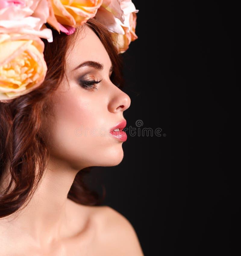 härligt mode blommar hår henne fotoståendekvinnan arkivfoto