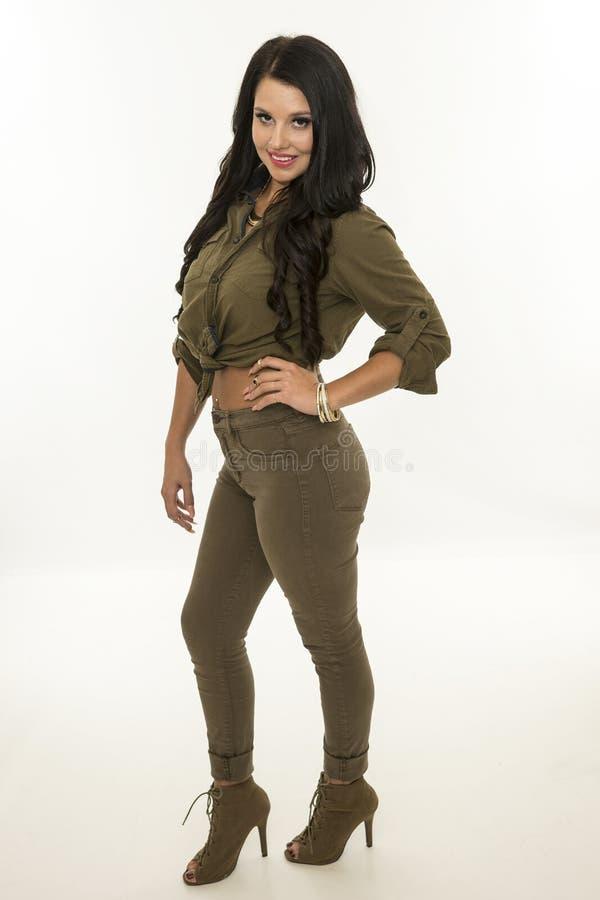 Härligt modellera den unga kvinnan som poserar i studio arkivbilder