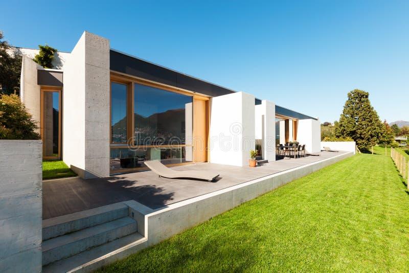 Härligt modernt hus i cement royaltyfria bilder