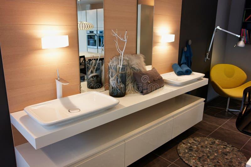 Härligt modernt klassiskt badrum i lyxigt nytt hem royaltyfri bild