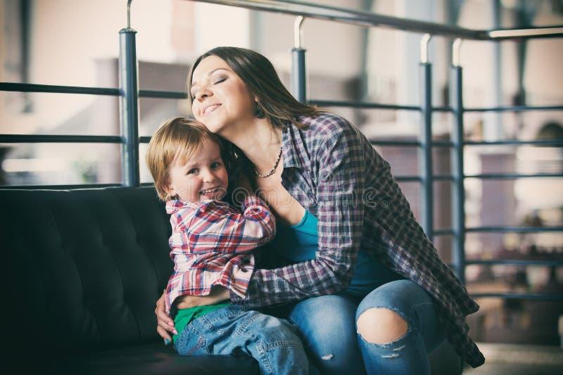 Härligt modersammanträde med hennes gulliga son royaltyfri fotografi