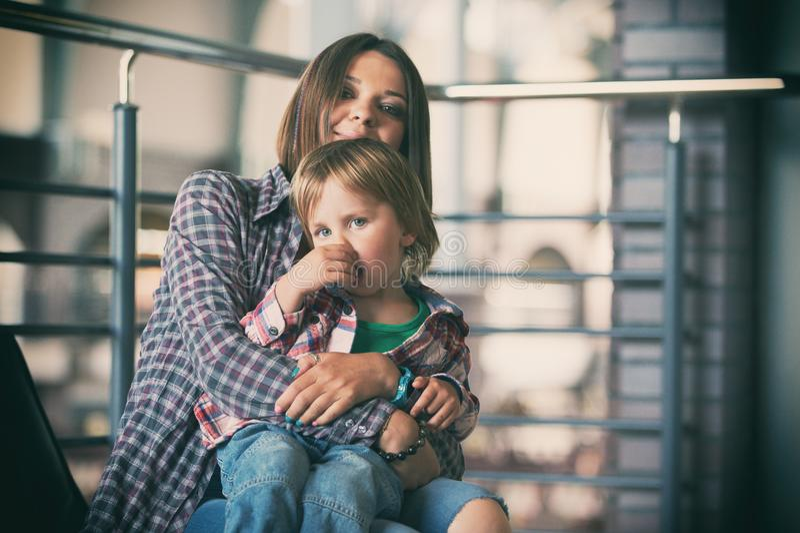 Härligt modersammanträde med hennes gulliga son arkivfoton