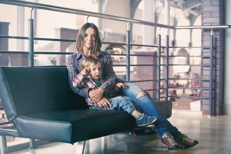 Härligt modersammanträde med hennes gulliga son arkivfoto