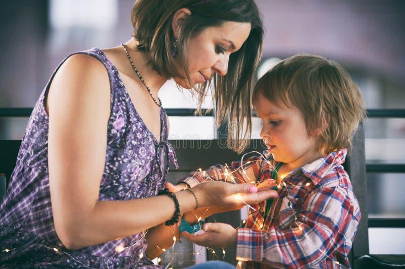Härligt modersammanträde med hennes gulliga son royaltyfria foton