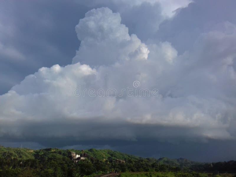 Härligt moln i skinande himmel arkivfoton